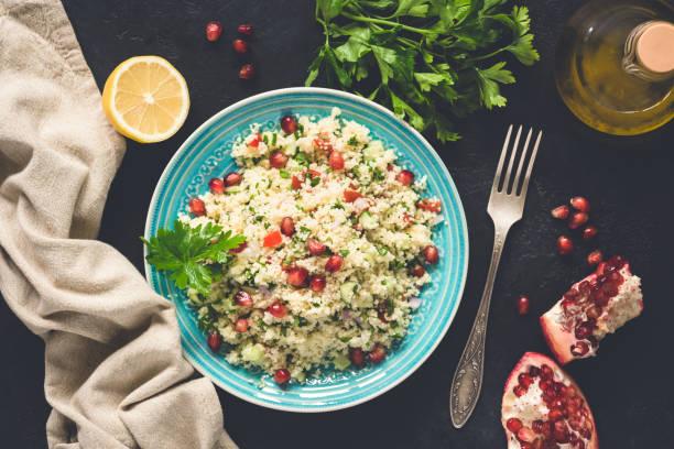 nahen osten salat taboulé mit couscous - griechischer couscous salat stock-fotos und bilder