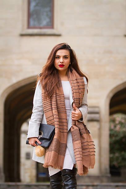 Moda mulher de inverno do Oriente Médio - foto de acervo