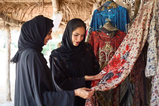 Femmes du Moyen-Orient vérifiant affichent robe - Photo