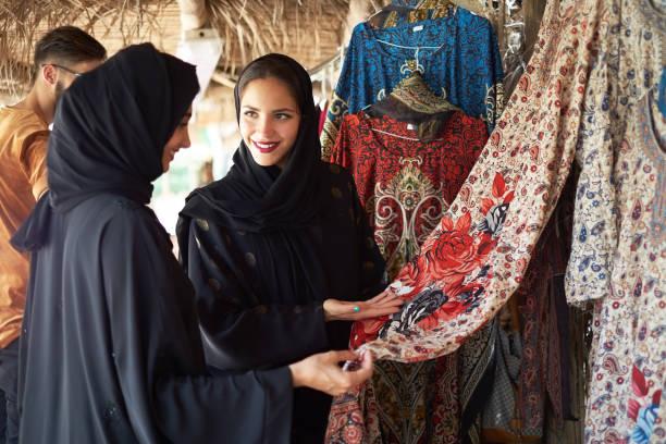 簽出的中東婦女顯示衣服 - emirati woman 個照片及圖片檔