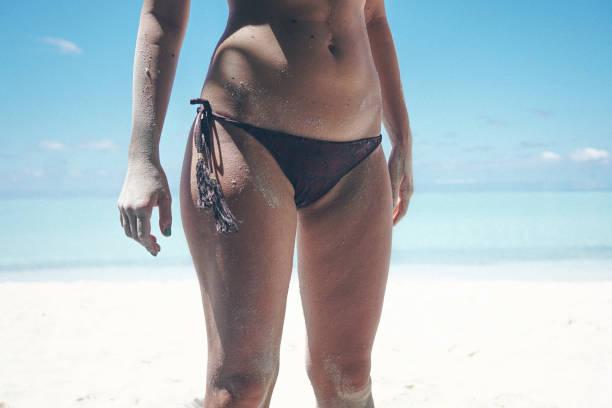 Mittelteil der Frau Körper stehen am Strand, Malediven – Foto