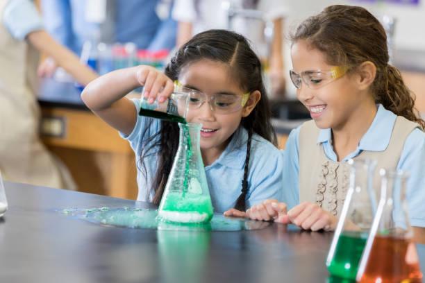 mittelschüler / innen genießen messy wissenschaftliches experiment - versuche nicht zu lachen stock-fotos und bilder