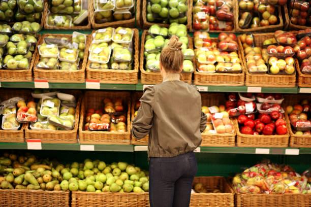 中年婦女在市場上購買蔬菜 - 有機食品 個照片及圖片檔