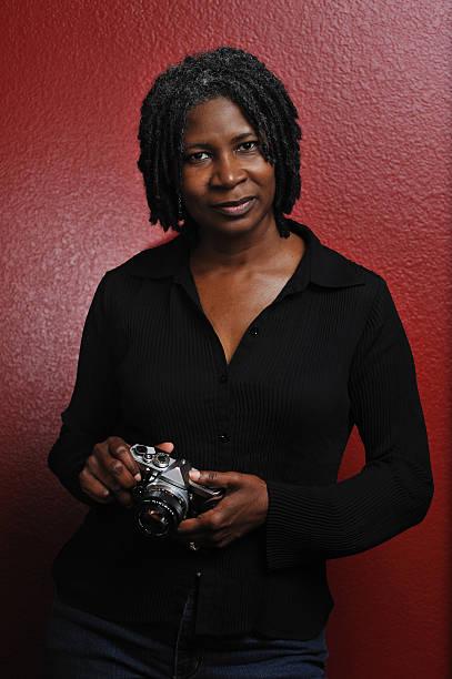 mittleren alter weiblichen schwarz photographer - rote dreads stock-fotos und bilder