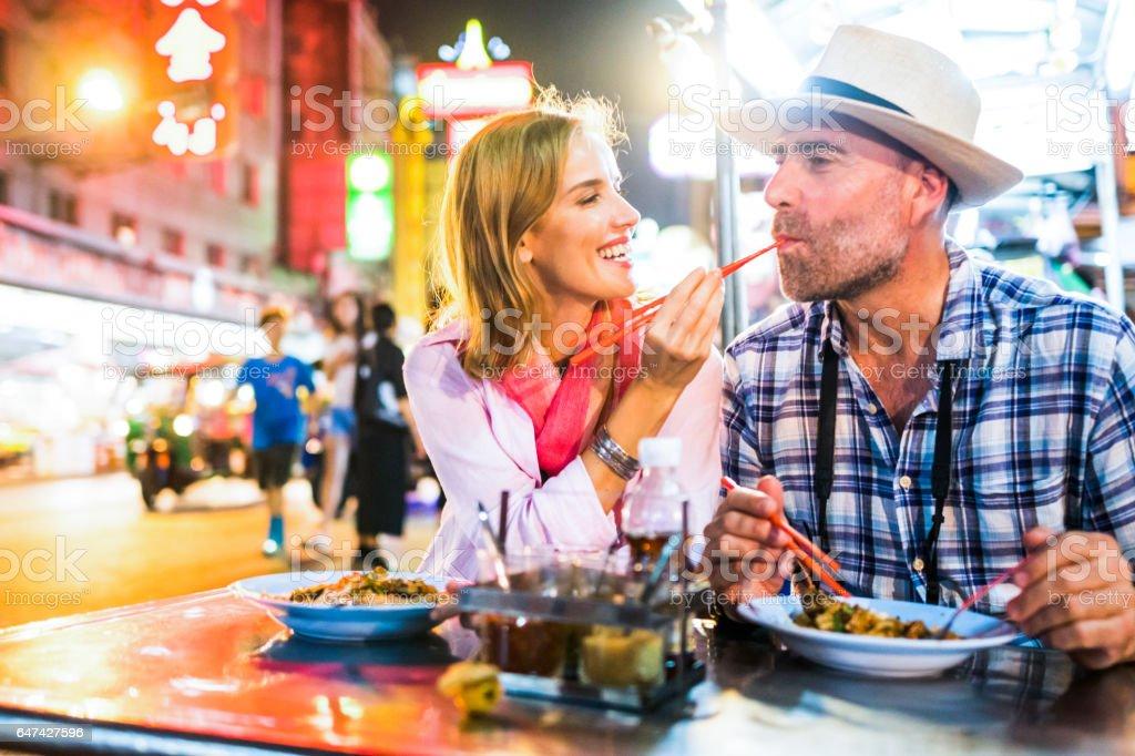 中年男子和他的同伴英俊的金髮夫人在曼谷唐人街圖像檔