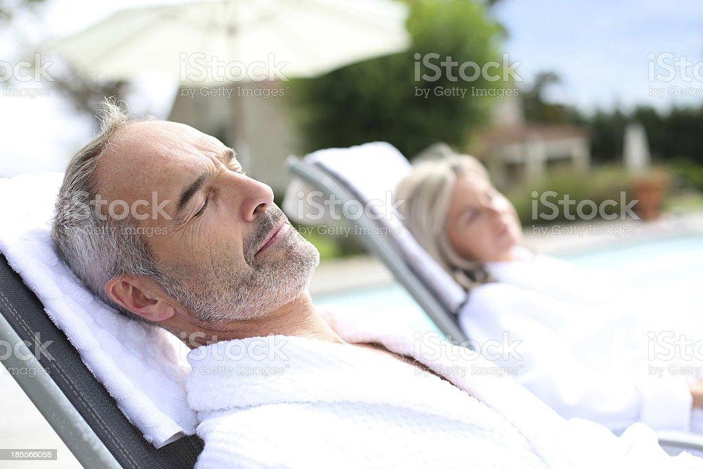 中年男性のバスローブ、妻でリラックス。 ストックフォト