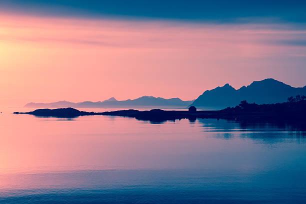 Sol da meia-noite às Ilhas Lofoten - foto de acervo