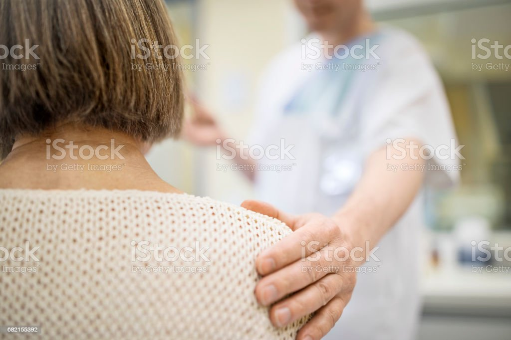 Mittelteil des Arztes trösten ältere Patienten – Foto