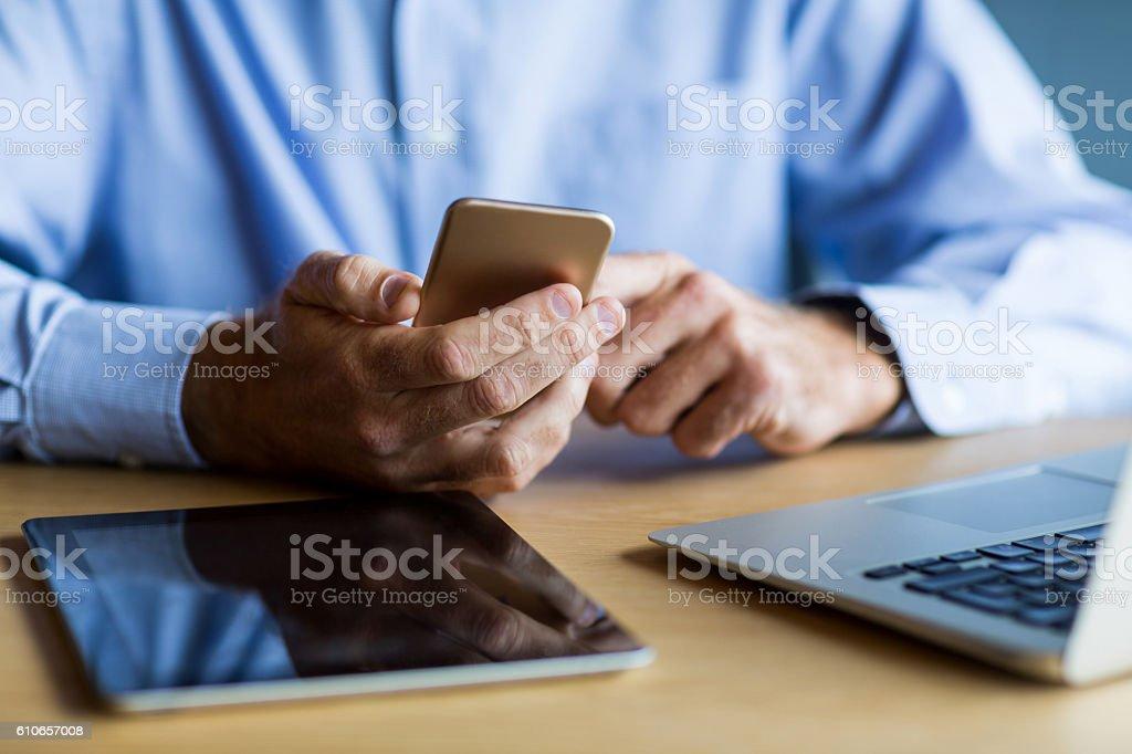 Midsection of man using mobile phone - Lizenzfrei Arbeiten Stock-Foto