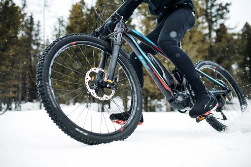 Mittelteil Der Mountainbiker Reiten Im Winter Im Schnee Im Freien Stockfoto und mehr Bilder von Abenteuer