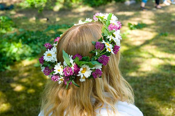Midsommer Mädchen mit Blumen in den Haaren – Foto