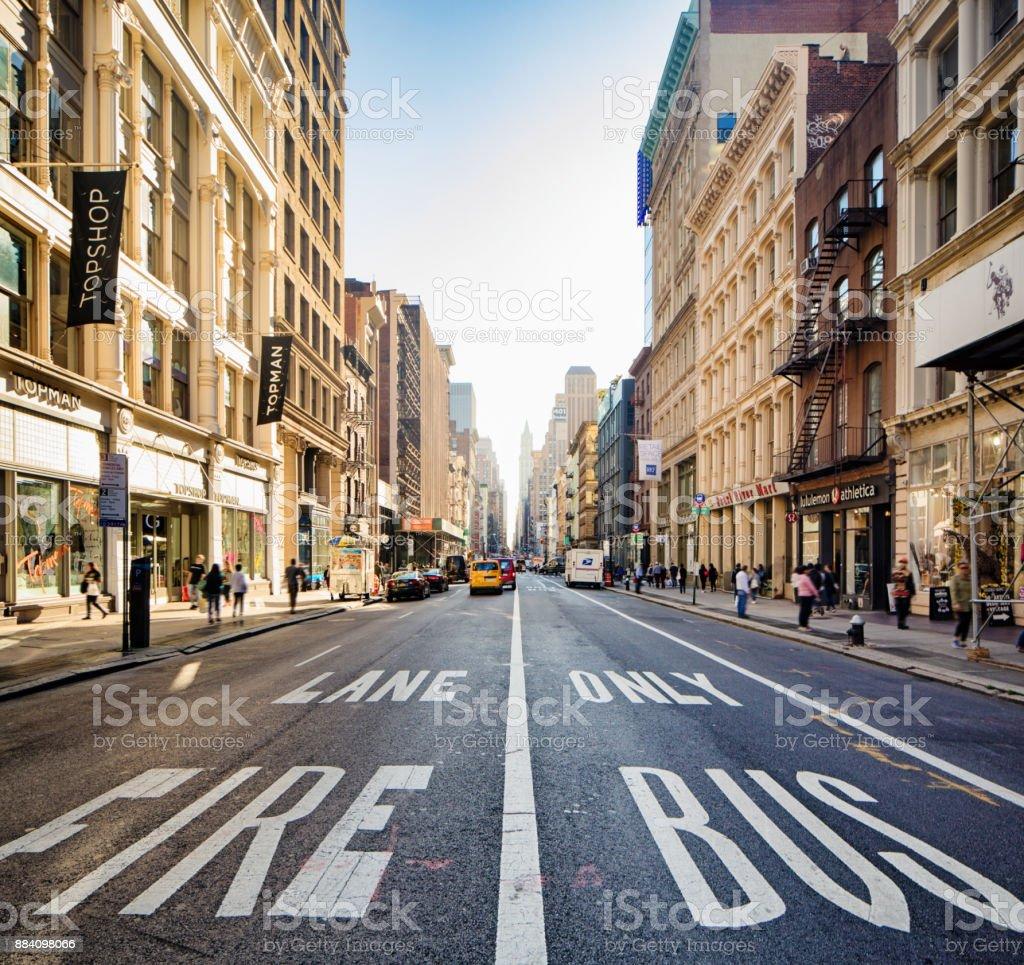 Cena de rua em Soho Broadway centro da cidade em um dia ensolarado de outono - foto de acervo