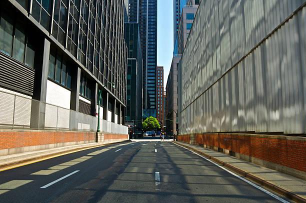 midtown tunnel la sortie de scène de rue de manhattan, new york city - étroit photos et images de collection