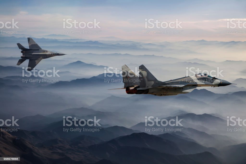 Kampfjets MiG-29 Flug über den Kauz Bergen – Foto