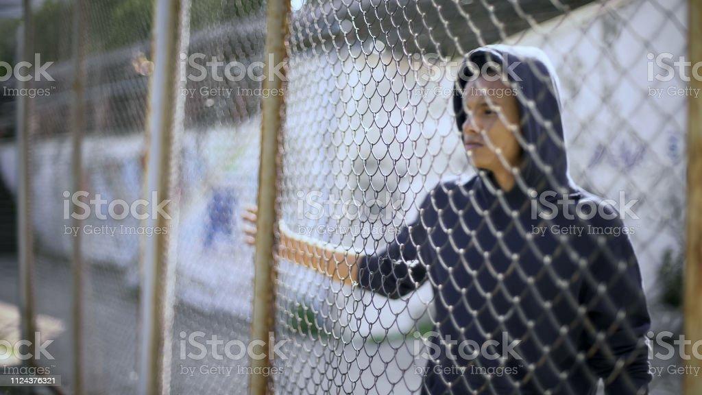 Migranten Kind getrennt von Familie, afroamerikanischen jungen hinter Zaun, festgenommen – Foto