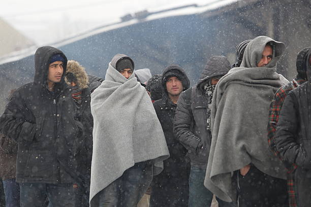 Migrants in Belgrade during winter - foto de acervo