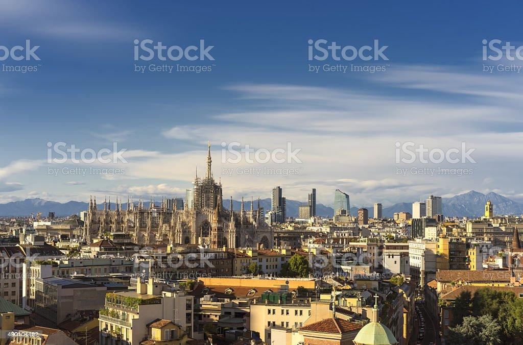 Milano 2015 panoramica sullo skyline e sulla sfondo con Alpi - foto stock