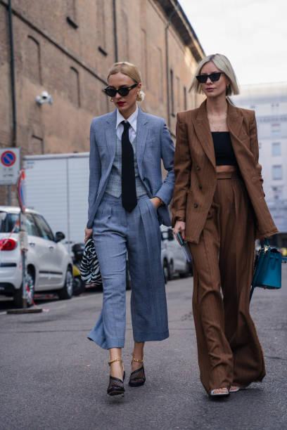 milaan, italië - 20 februari 2020: stijlvolle personen poseren voor fotografen voor max mara modeshow op milan woman's fashion week f/w2020-2021, street style - street style stockfoto's en -beelden