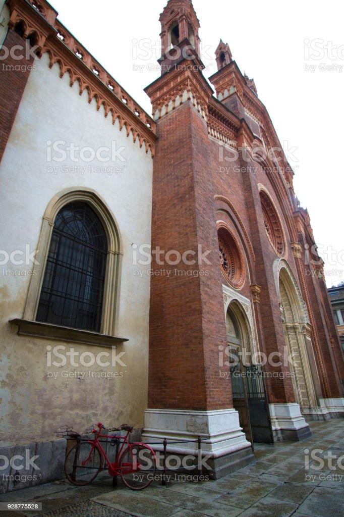 Milan: Man at Church of Santa Maria del Carmine - foto stock