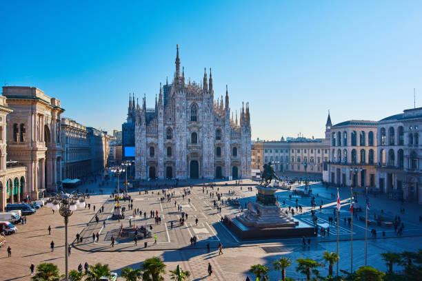 milão piazza del duomo, em milão, itália, de manhã - lombardia - fotografias e filmes do acervo
