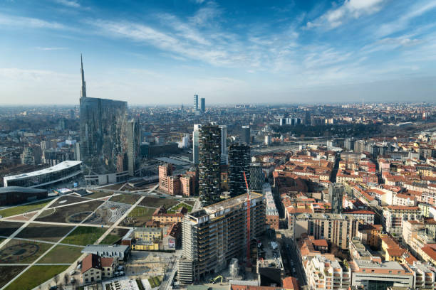 de skyline van milaan en weergave van porta nuova zakenwijk in italië - milaan stockfoto's en -beelden