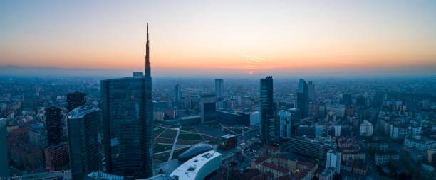 skyline van milaan - milaan stockfoto's en -beelden