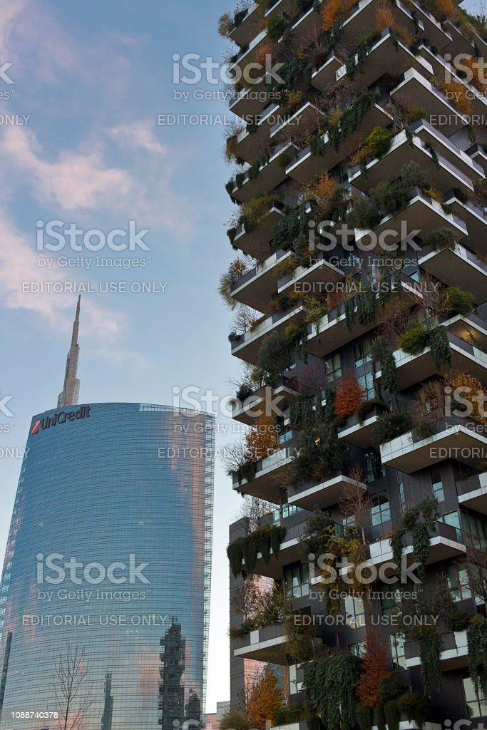 Milan - The UniCredit and Bosco Verticale towers at sunset in the autumn, Porta Nuova district , Italy - foto stock