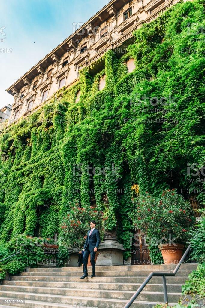 밀라노 남자 루이지 Majno Viale에에서 궁전에서 걸어 양복 입은 잎, 롬바르디아, 이탈리아에 덮여 - 로열티 프리 건물 외관 스톡 사진