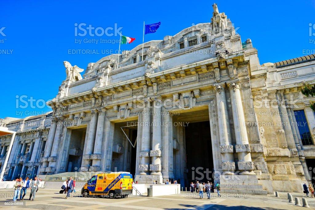 Milano Centrale railway station in a sunny day in Milan - Foto stock royalty-free di Affari finanza e industria