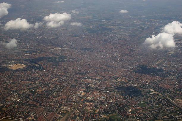 milano in italien, luftaufnahme von westen - andreas weber stock-fotos und bilder