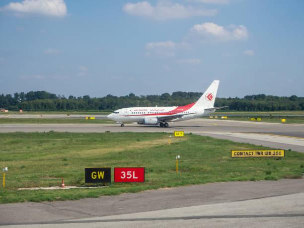 mailand, malpensa flughafen. air algerie-boeing 737-600 bereit zum abheben - rudermaschine stock-fotos und bilder