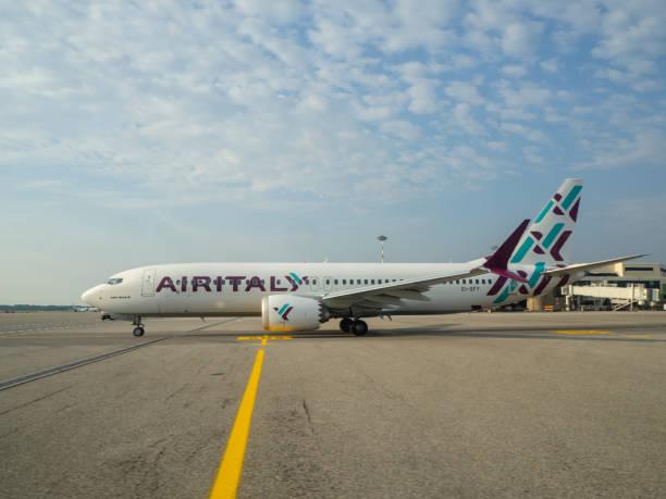 mailand, italien, malpensa flughafen. airitaly boeing 737 max 8 ist auf die startbahn - rudermaschine stock-fotos und bilder