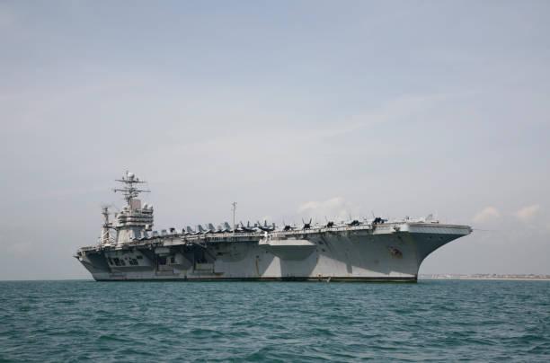 militär-aircraft carrier - flugzeugträger stock-fotos und bilder