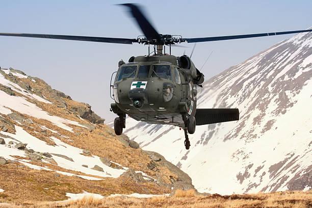 helicóptero militar blackhawk médico mountain de rescate - ayuda humanitaria fotografías e imágenes de stock