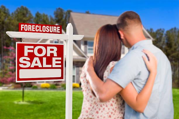 military par de pie frente a embargo hipotecario signo y casa - embargo hipotecario fotografías e imágenes de stock