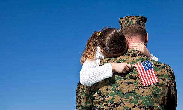 militär vater und tochter wiederzuvereinigen - camouflagekleidung mädchen stock-fotos und bilder