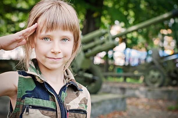 militär-mädchen - camouflagekleidung mädchen stock-fotos und bilder