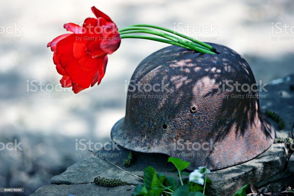 Casco militar de la segunda guerra mundial con tulipanes rojos - foto de stock