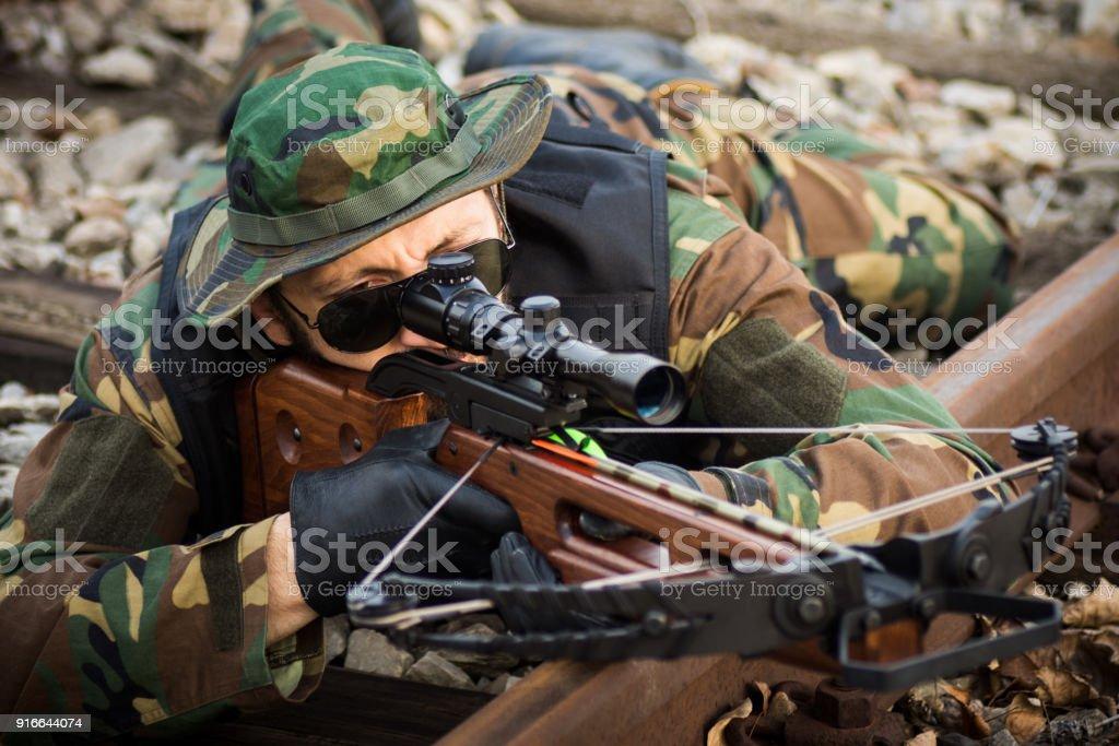 homme militaire visant avec arbalète - Photo
