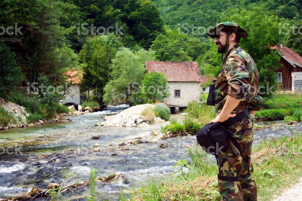 homem militar na natureza - foto de acervo