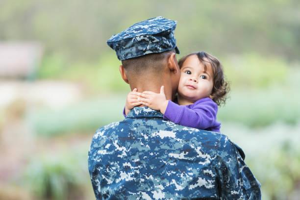 us-soldat mit baby girl - militäruniform stock-fotos und bilder