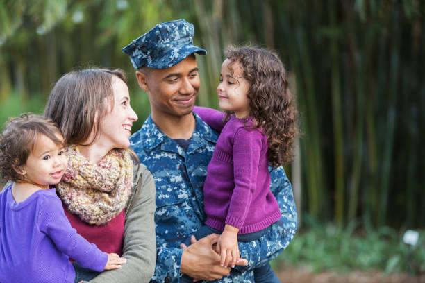us-soldat mit familie - camouflagekleidung mädchen stock-fotos und bilder