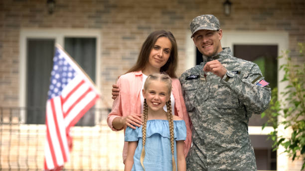 us military man with family showing keys from house, benefits in crediting - tropa imagens e fotografias de stock
