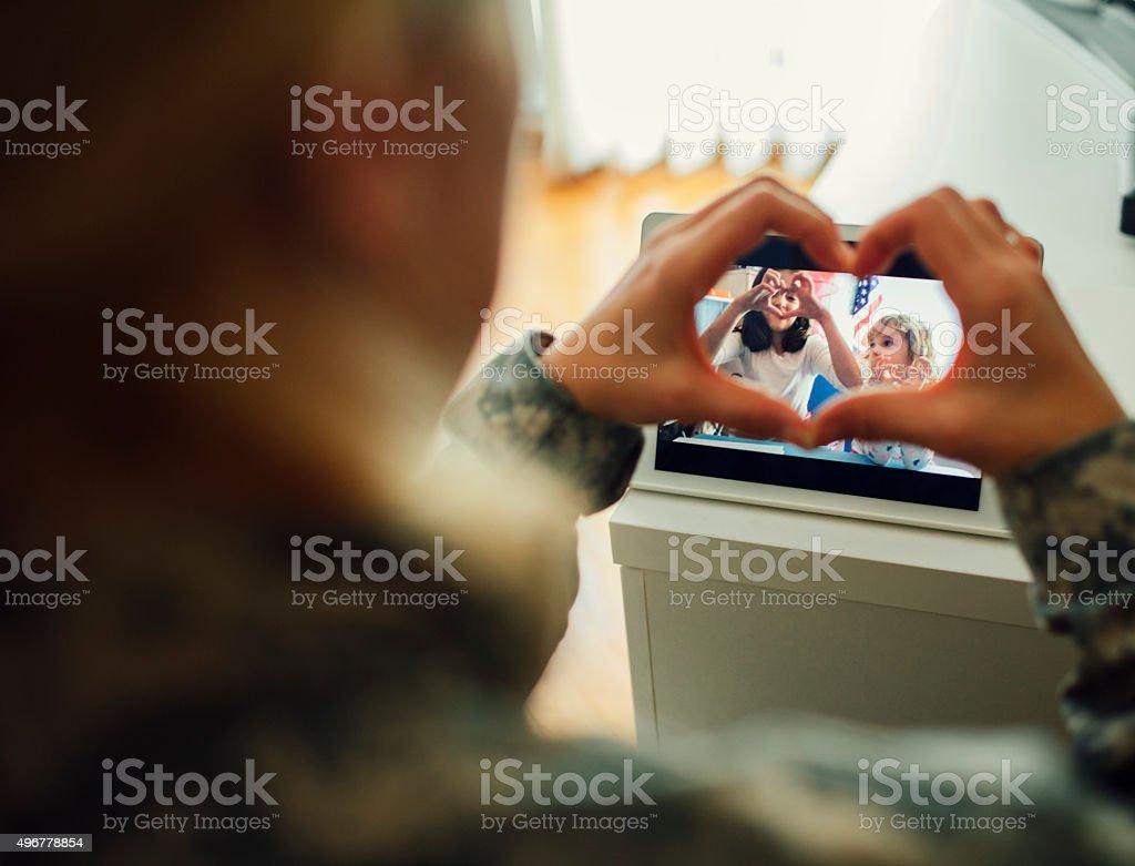 Militärische Mutter mit ihren Kindern Reden über ein Tablet. – Foto
