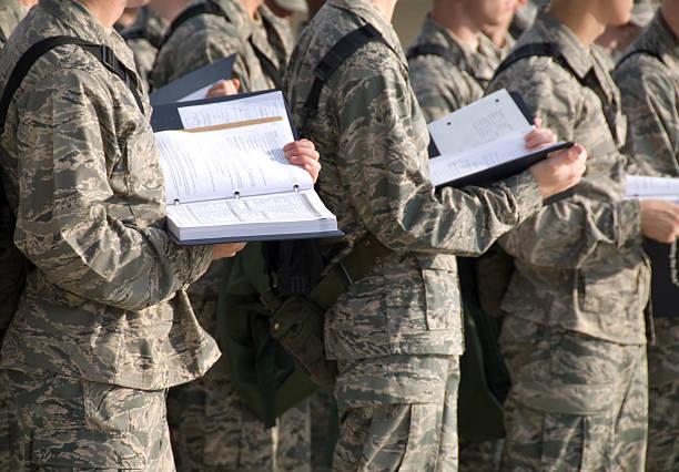 militär wirbt basic training im freien - militärisches training stock-fotos und bilder