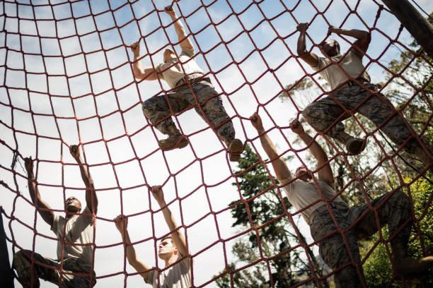 militär soldaten klettertau während der hindernis-parcours - militärisches training stock-fotos und bilder