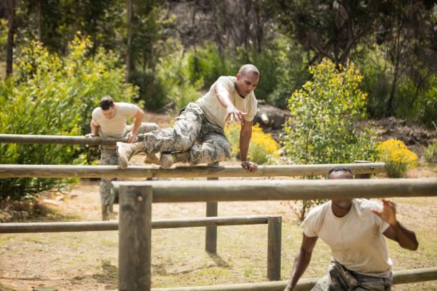 militär soldaten training auf fitness-parcours - militärisches training stock-fotos und bilder