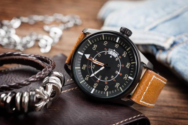 military style watch - 보석 개인 장식품 뉴스 사진 이미지