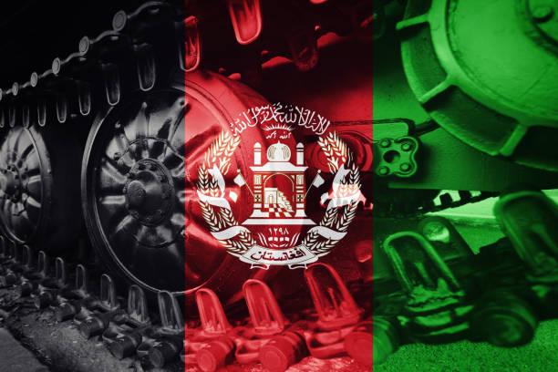 Close-up trilha de lagarta com bandeira Afeganistão fundo do tanque militar. - foto de acervo