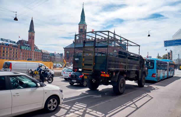militär-lkw auf der straße am rathausplatz in kopenhagen, dänemark. - bussystem haus stock-fotos und bilder